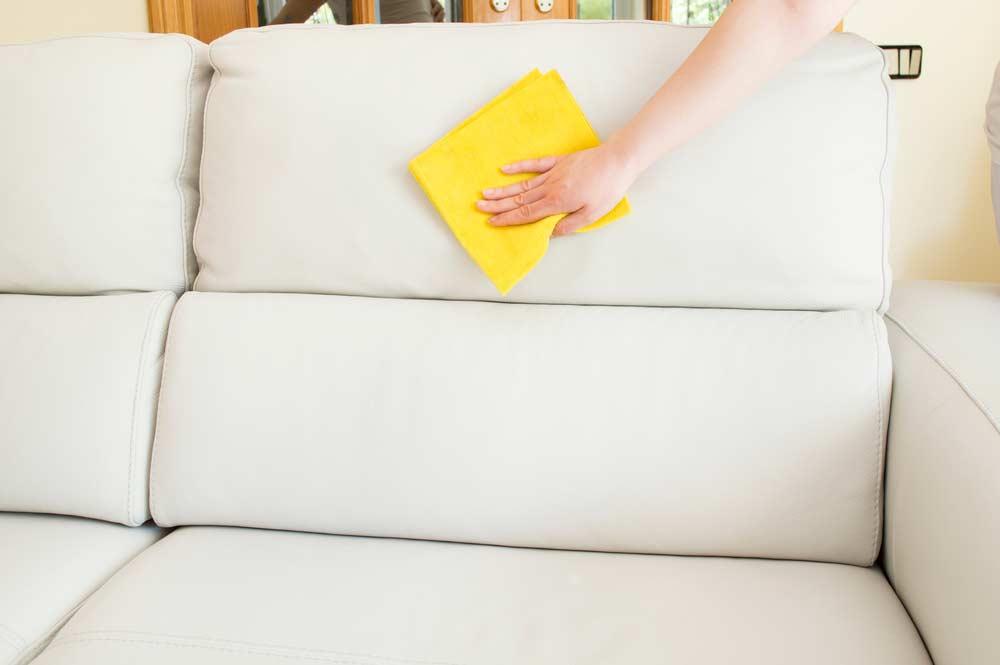 Dicas para conservar o revestimento de couro de sofás epoltronas